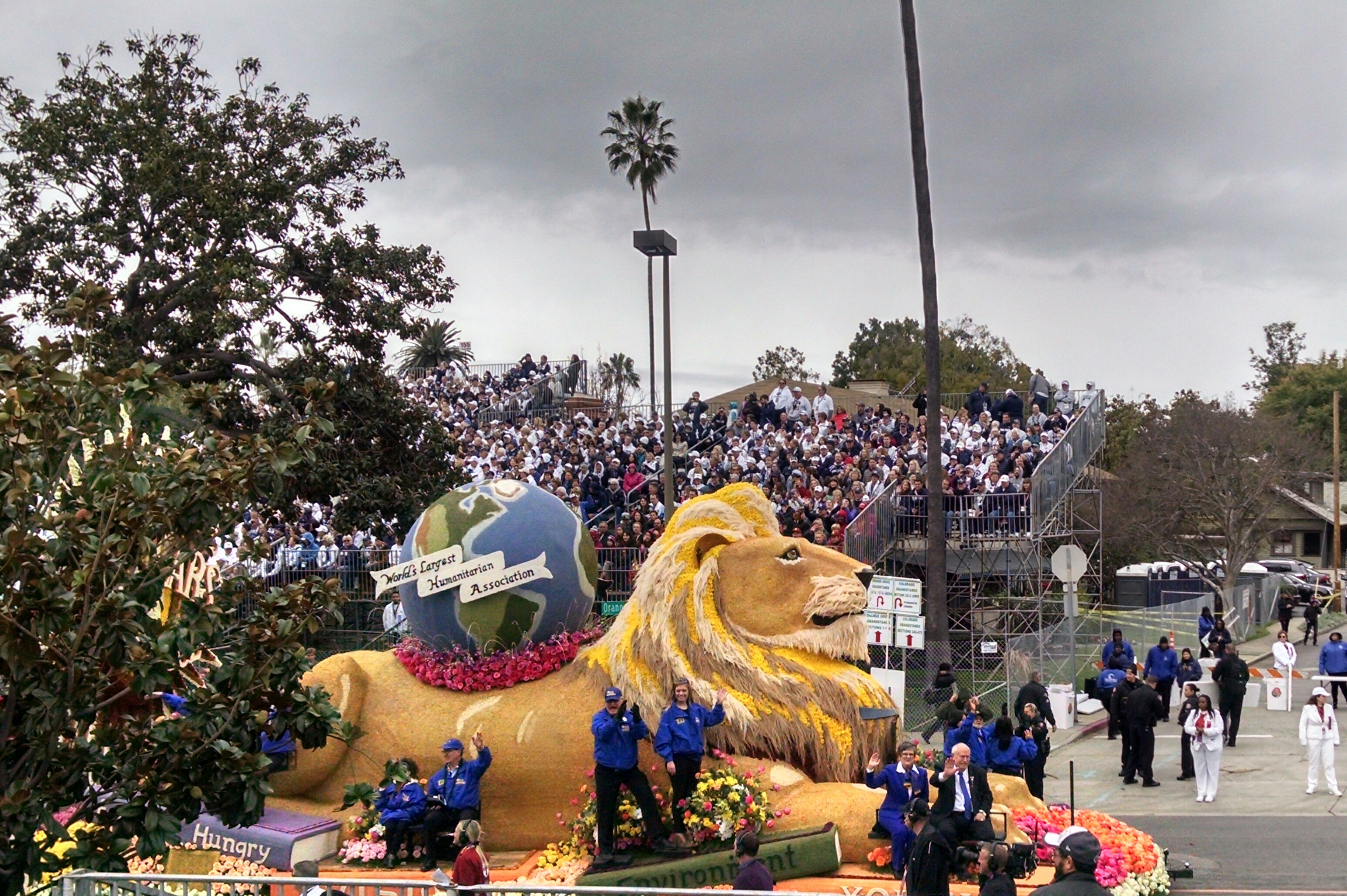 A Penn State float at the Rose Bowl parade